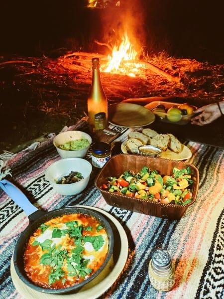 אוכלים בשטח בנהר הירדן - קמפינג