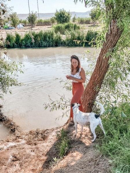 ג'וי הכלב שלי ואני בודקים כמה המים קרים
