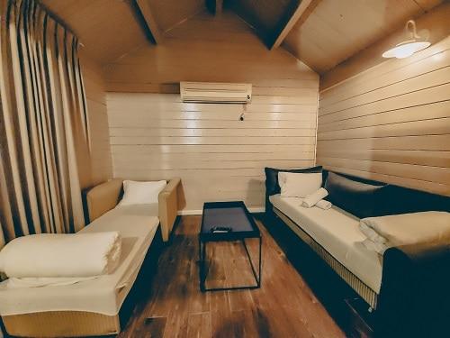 חדר אורחים בבקתה במלון