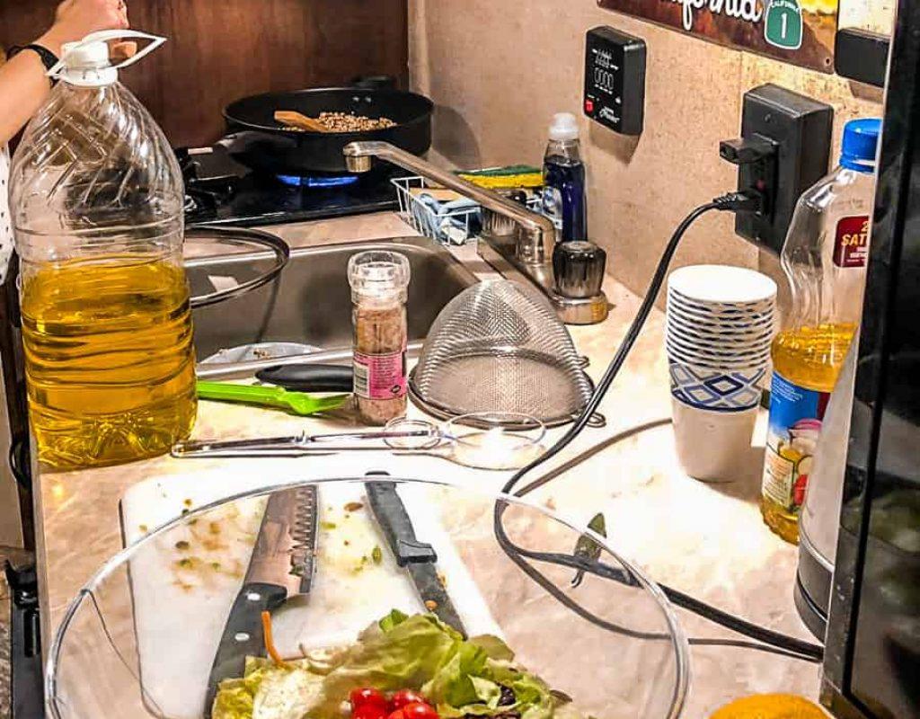 מכינים אוכל בקרוואן
